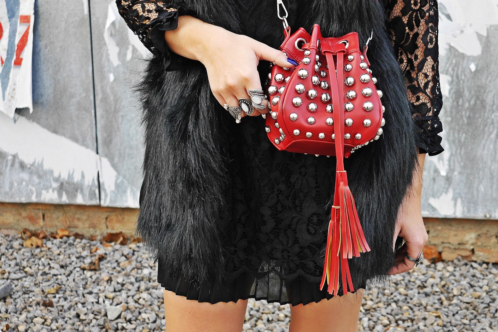 6_lace_black_dress_fur_vaist_red_bag_gamiss_karyn_blog_modowy_221117