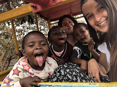 Momentos de risas durante el voluntariado en la ONG de Kenia.