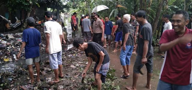 Kebersamaan TNI-Polri Bersama Masyarakat Bersihkan Sodetan Irigasi