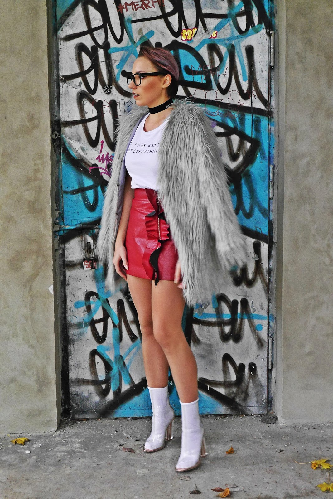 4_gray_fur_jacket_leather_red_skirt_white_top_karyn_blog_modowy_191017a