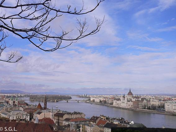 Parlamento de Budapest y Danubio desde el bastión de los pescadores