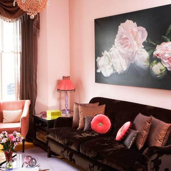 cojines decorativos en rosa y marrón crean continuidad de color