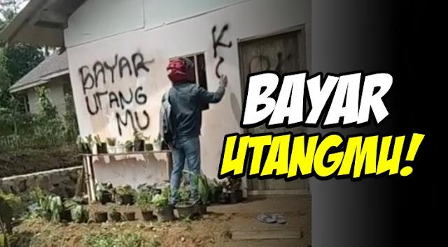 """Tak Kunjung Lunasi Hutang, Debt Collector Ini Coret Rumah Nasabah """"Koperasi Macet, Bayar Utangmu"""""""