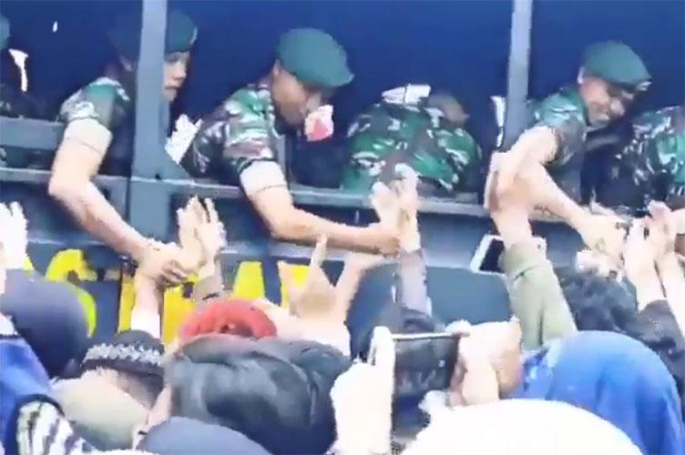 TNI disambut hangat rakyat