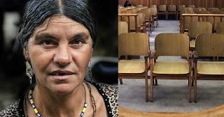 Η συζήτηση Λαρισαίου δικηγόρου με μάνα Ρομά κατηγορούμενου που κάνει θραύση