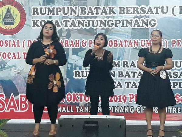 """Trio asal MA Raih juara 1 festival lagu Batak  Rumpun Batak Bersatu Trio Asap MA jadi Juara Pertama Tanjungpinang, sidaknews.com - Organisasi Rumpun Batak Bersatu Tanjungpinang, sukses menggelar festival trio lagu Batak. Trio Asal Ma (Tanjungpinang) berhasil meraih juara pertama, usai menyisihkan delapan peserta lainnya, di TCC Tanjungpinang, Sabtu (12/10).  Trio Asal Ma mampu memukau para penonton dan pengunjung TCC dengan harmonisasi suara yang prima, sehingga mampu mengeksploitasi suara mereka yang tinggi dan merdu.  Penampilan Trio Asal Ma boleh dibilang komplet karena di atas panggung mereka terlihat modis. Tiga dewan juri, Parlindungan Silitonga, Gr Jonter Simbolon dan Evaria Boru Sipayung, sepakat menetapkan trio yang semuanya beranggotakan wanita ini sebagai yang terbaik.  Di urutan kedua diraih oleh So Far Trio (Tanjungpinang). Juara ketiga jatuh kepada Nauli (Tanjungpinang), sedangkan juara harapan, Soripada Trio (Lobam, Bintan).  Usai dinyatakan menang, personel Trio Asal Ma, Esra Cristina Tobing mengaku tidak menyangka bisa menang. Sebab dari awal mereka tidak mempersiapkan diri secara khusus. """"Saat itu saya ditelepon oleh salah seorang panitia yang meminta agar saya bisa ikut meramaikan festival trio, padahal waktunya sudah mepet,"""" katanya.  Esra kemudian mencoba menghubungi dua rekannya -- Evi Mariana Sitompul dan Morida Sianturi - tentang rencana untuk mengikuti festival ini. Karena waktunya sudah semakin dekat, mereka pun mencoba berlatih semaksimal mungkin. """"Itu pun hanya beberapa kali pertemuan saja. Dan puji Tuahn ternyata kami menang,"""" katanya bangga.  Sementara di tempat yang sama, Koordinator festival vokal trio, Parlindungan Silitonga, mengutarakan acara ini sudah dipersiapkan secara maksimal hingga puncak perlombaan terlaksana. Kegiatan festival trio, dikatakan Parlindungan Silitonga, sebagai upaya RBB untuk melestarikan budaya Batak di tanah air.  Dia berharap acara festival seperti ini terus digalakkan guna mencari bibit penyanyi Batak yang"""