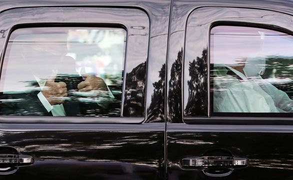 Ông Trump ngồi xe hơi đi một vòng vẫy chào người ủng hộ