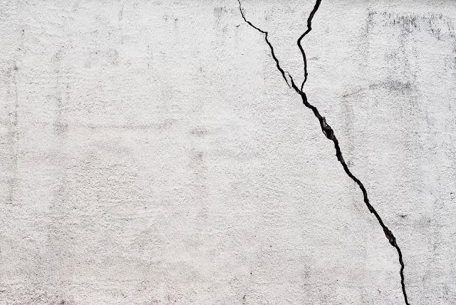 Dinding Rumah Retak? Yuk Kenali Penyebab dan Solusi Mengatasi Dinding Rumah Retak