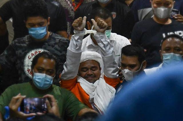 Lihat Tangan Ha6ib Ri2ieq Diborgol Polisi, Pendukung Menangis