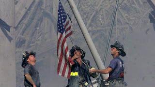 11 de Septiembre 2001 izando bandera
