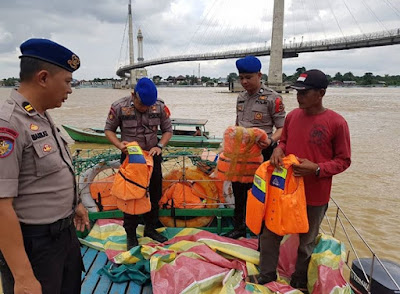 Tim Subsatgas Ditpolairud Polda Jambi Datangi Pelabuhan Rakyat Di Taman Tanggo Rajo Ancol Kota Jambi