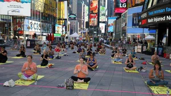 யோகா தினம் ... அமெரிக்காவில் உள்ள நியூயார்க் டைம்ஸ் சதுக்கத்தில் ஆயிரக்கணக்கானோர் கலந்து கொள்கின்றனர்.... Yoga Day... Thousands attend New York Times Square in the United States