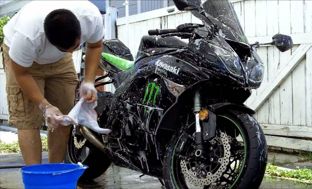 mencuci-motor-setelah-kehujanan