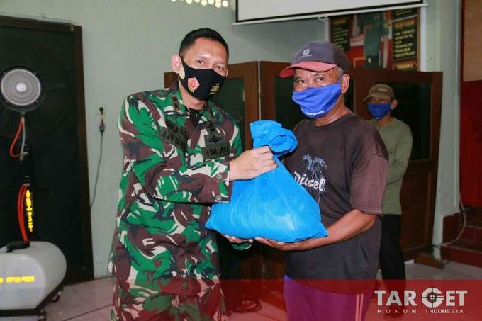 Soliditas TNI, Kodim Pati Bagikan 330 Paket Sembako ke Warga Kurang Mampu