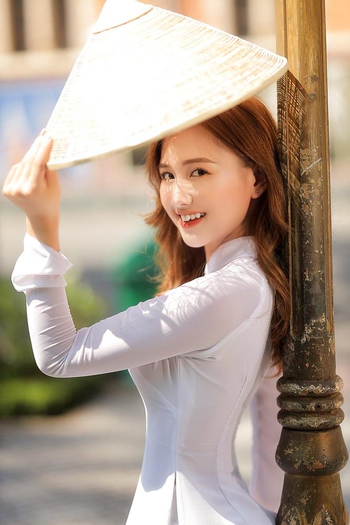 Ngắm hot Girl Thu Hương xinh đẹp như hóa trong tà áo dài trắng bên cúc họa mi - 3