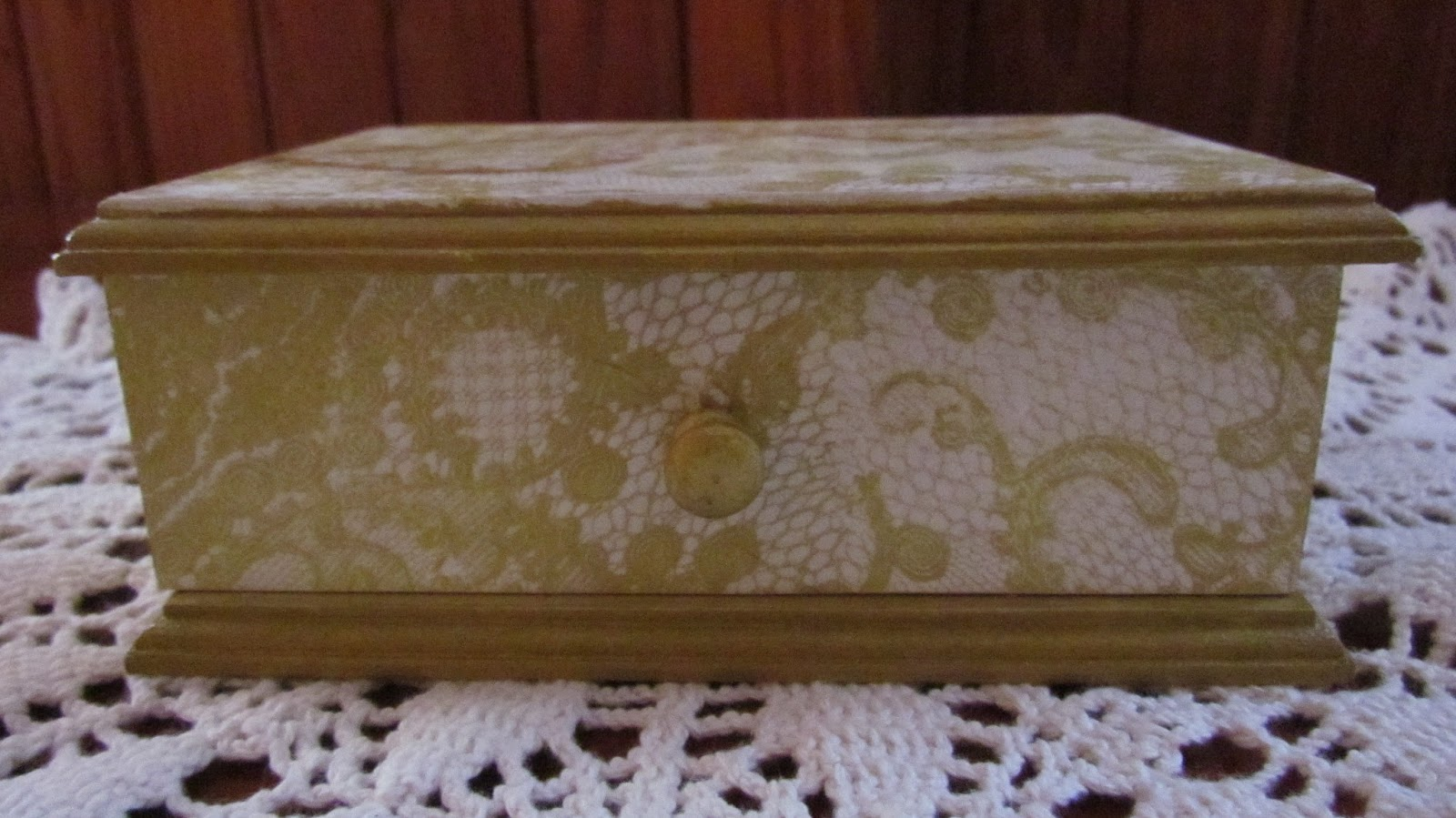 c649a4f408 ... servilleta con diseño de encaje y bordes pintados en acrílicos color  bronce...encima le hice un