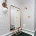 Lavabo com estilo retrô com papel de parede de granilite, cuba verde e metais rose gold!