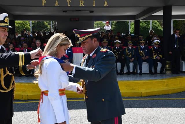 """FFAA otorgan condecoración al Gran Mérito Militar """"Cnl. Eduardo Abaroa"""" a presidenta Áñez"""