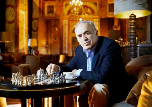 L'ancien champion du monde d'échecs Garry Kasparov, au bar Les Ambassadeurs de l'Hôtel de Crillon, à Paris, le 23 juin 2021 - Photo © Léa Crespi