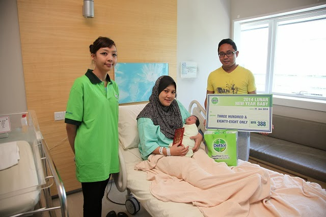 More happy faces, where baby Adelia Darnisa Iezam Afiffan, and mum Shaema Binti Mohd Hamim, Columbia Asia Hospital Puchong received the gifts