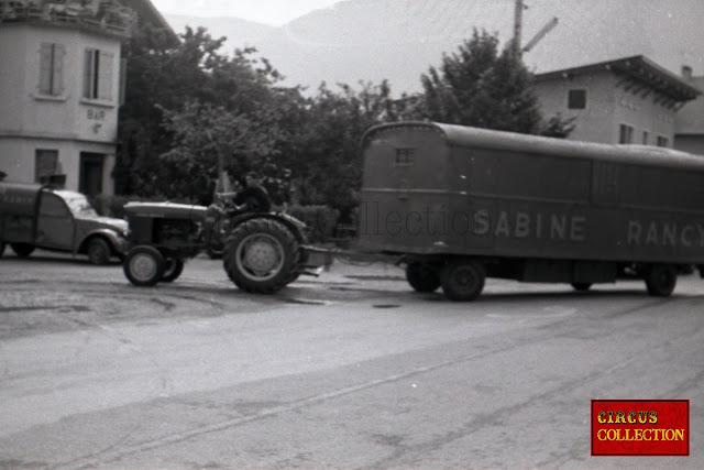 Convois tracteur et roulotte à matériel