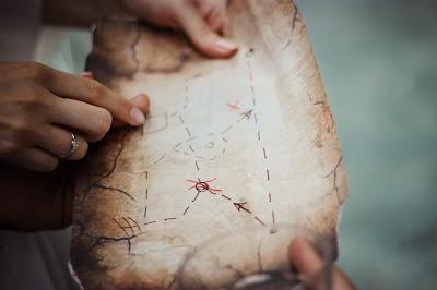Pareja de viaje consultado un mapa antiguo