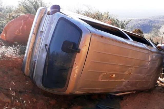 Van escolar tomba com 18 estudantes em zona rural de Paramirim