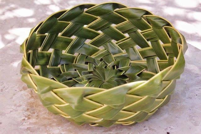 kerajinan piring dari janur daun kelapa