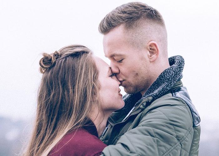 marido beijando nariz da esposa