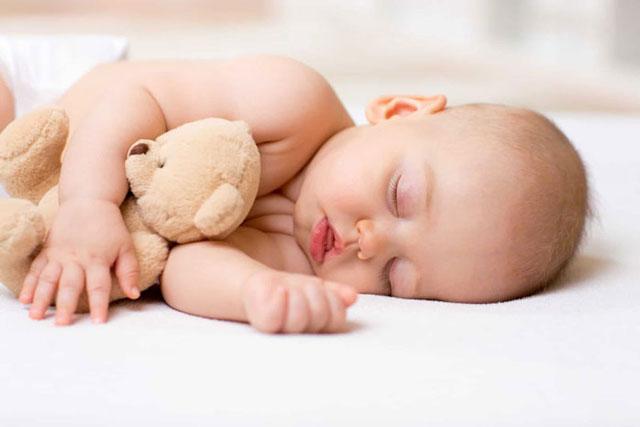 مساعدة الرضيع على النوم في الليل بشكل متواصل
