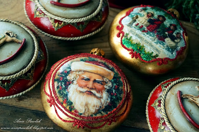 Bombki w tradycyjnej świątecznej kolorystyce
