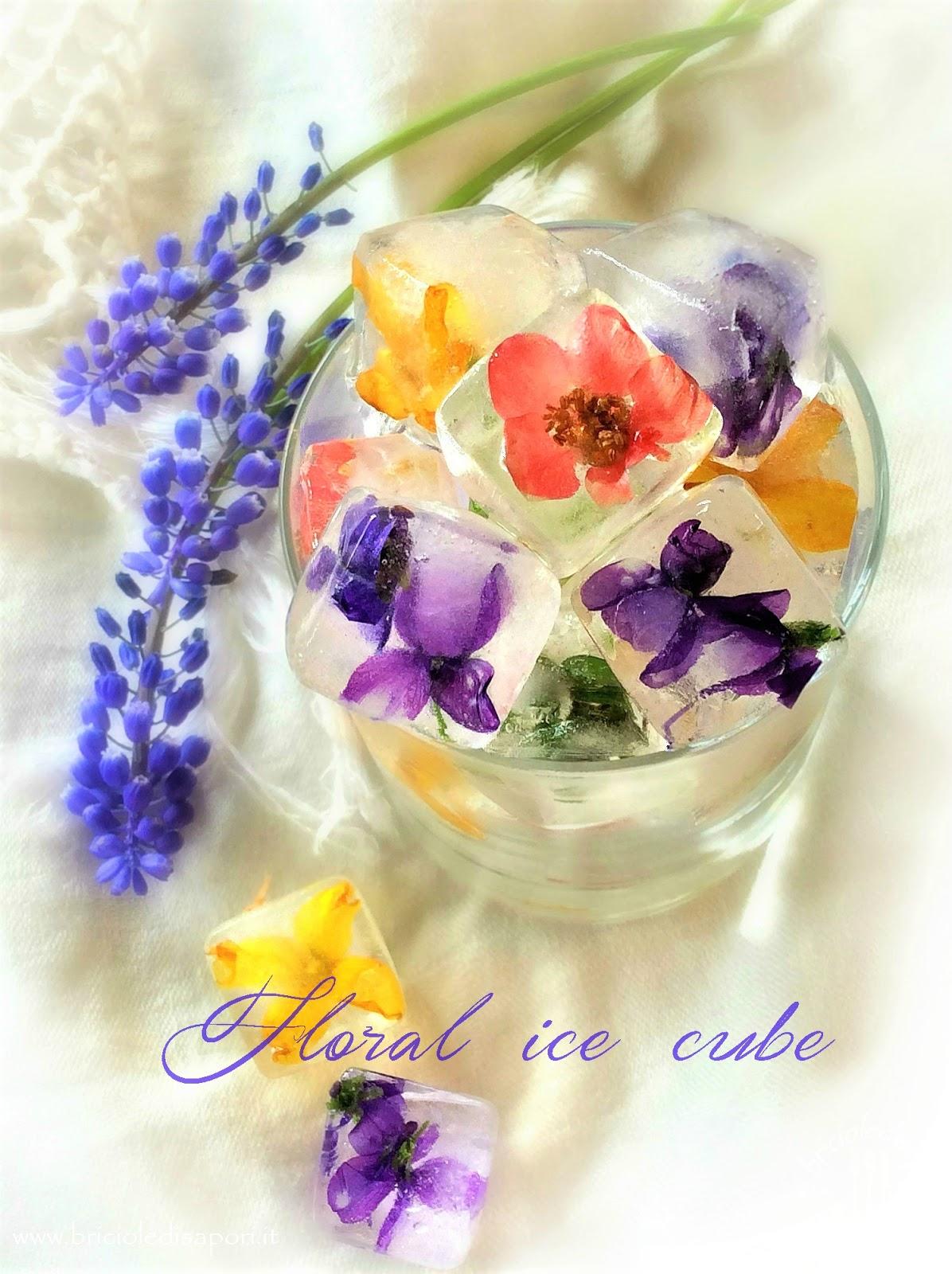 cubetti di ghiaccio con i fiori
