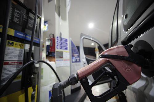 Gasolina aumenta 41 centavos para cobrir rombo do governo