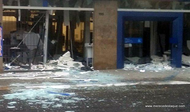 Agência da Caixa é explodida por criminosos no centro de Santa Cruz do Capibaribe