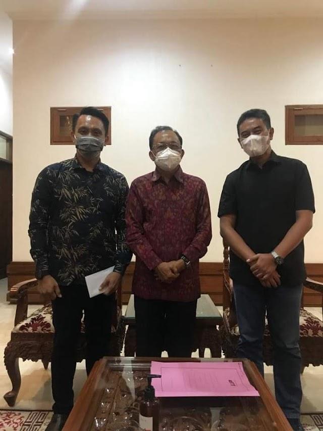 H.Mulyadi Putra Serahkan Data Santri Asal Bali Yang Mondok Di Jawa Kepada Gubenur Bali