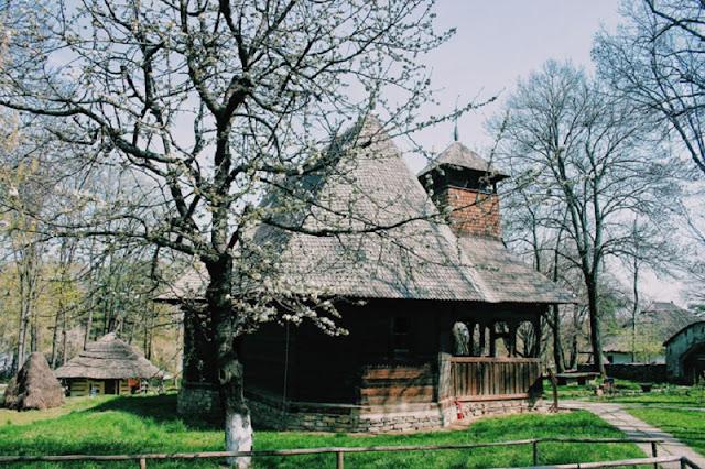 Dạo quanh bảo tàng làng lộ thiên, hít mùi rơm rạ ở Romania