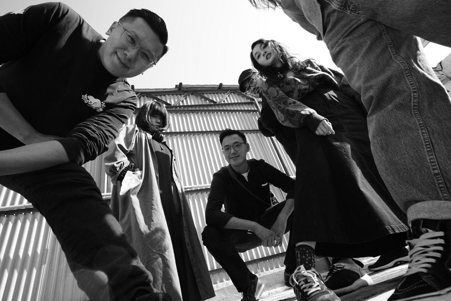 Группа людей смотрит в камеру
