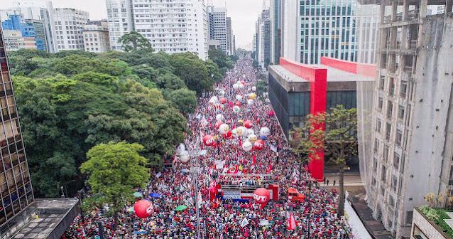 A foto mostra a manifestação na Avenida Paulista, SP, numa grande aula em defesa da democracia.