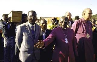 Desmond Tutu encabezando la comitiva del funeral de Duduza.