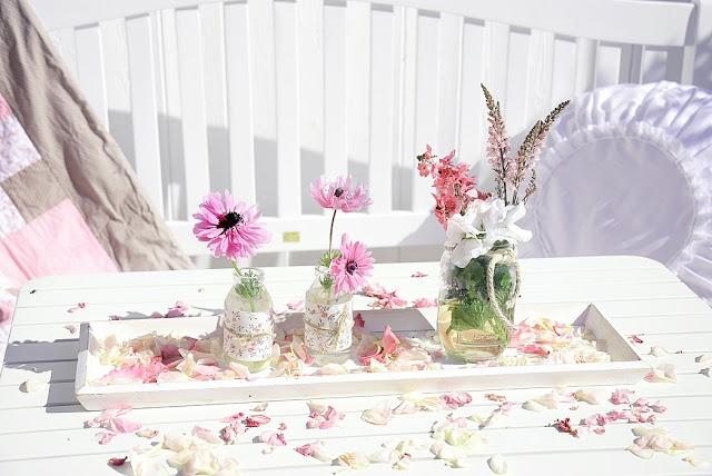 Dekotablett mit selbstgemachten Vasen und Blumen dekorieren.