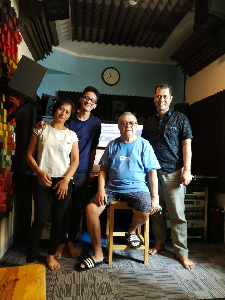 Cello Elby dan orangtuanya bersama Chossypratama pada pada Jumat 30 Oktober 2020  di studio Promidi Audio Indonesia, Jakarta. (Dok. Istimewa)