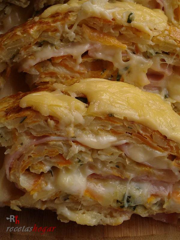 Rollo de tortilla española con queso y jamón fácil