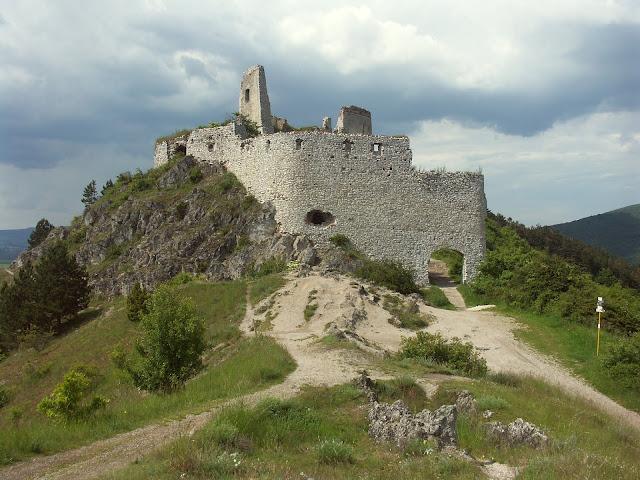 Ruínas do castelo de Cachtice, o lugar onde Bathory foi presa e faleceu.