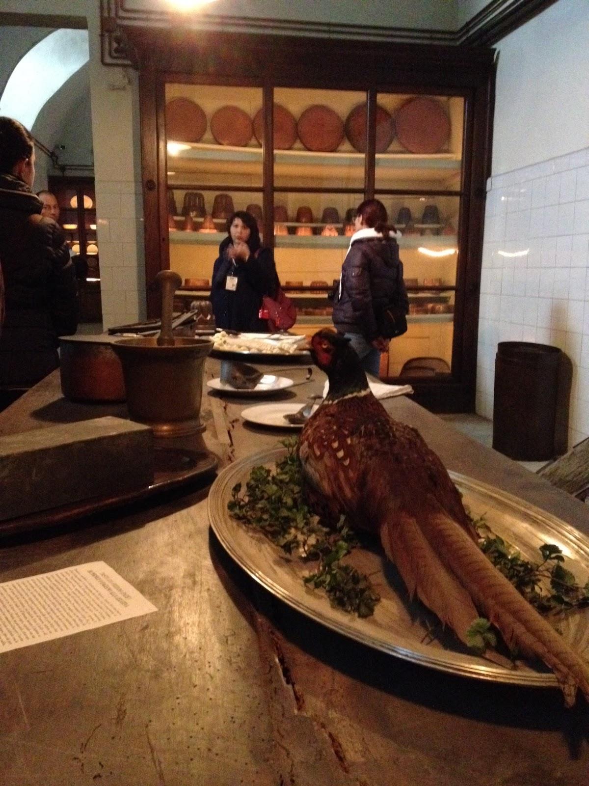 molte informazioni storiche a riguardo come quelle legate al cerimoniale della tavola ed agli uffici di bocca che sovrintendevano le cucine e