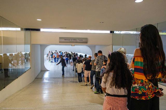 Fila de pessoas no interior do Museu Oscar Niemeyer