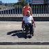 De paseo con Francisco para coñecer a realidade das persoas con mobilidade reducida en Narón