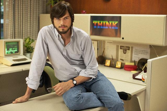 Ashton Kutcher posando como Steve Jobs, en una imagen promocional de Jobs (2013)