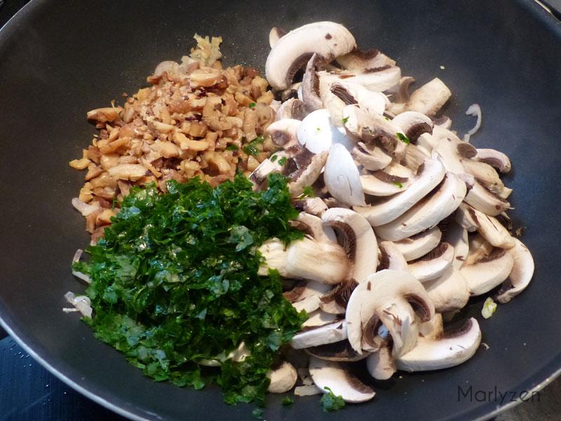 Ajoutez les champignons, les marrons émiettés, le jus de citron et le persil.