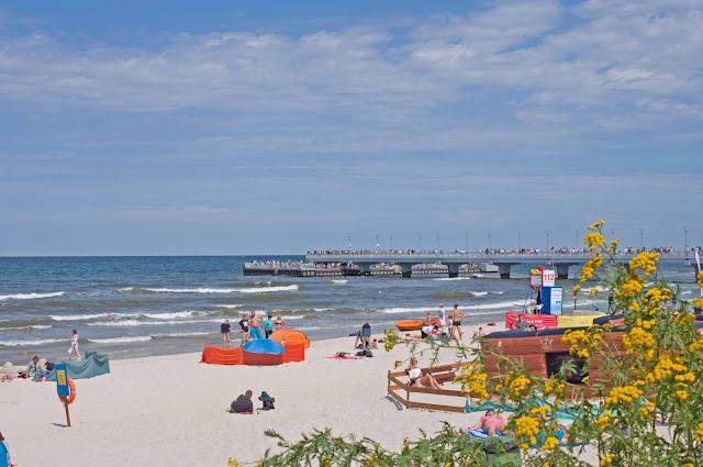 widok na molo z okolicy latarni morskiej w Kołobrzegu