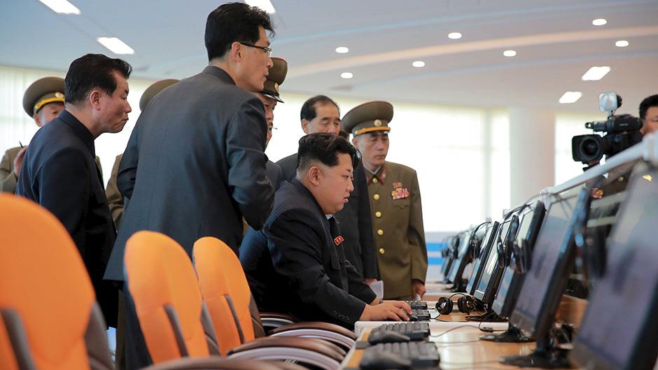Kim Jong-un a trabalhar num computador